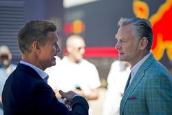 Sean Bratches, director comercial de la FOM hablando con David Coulthard, Channel 4 F1