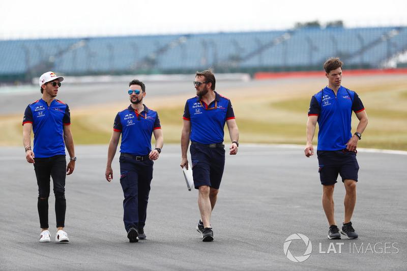 Pierre Gasly, Toro Rosso, cammina lungo il circuito