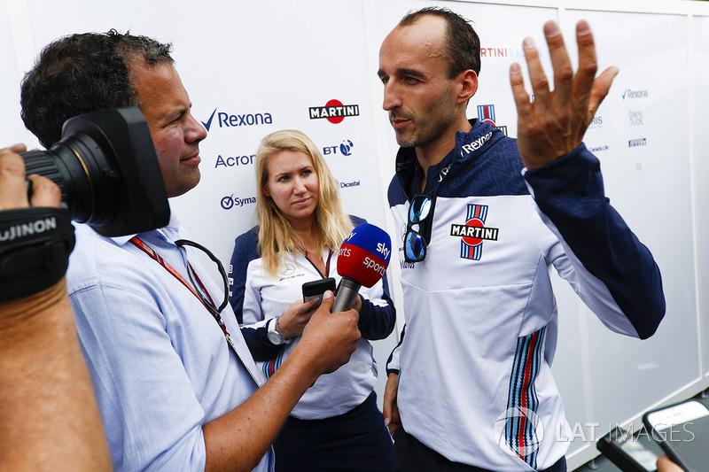Ted Kravitz, Pit Lane Reporter, Sky Sports F1, interviews Robert Kubica, Williams Martini Racing