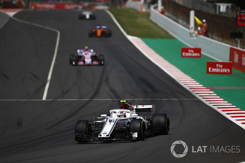 Шарль Леклер, Alfa Romeo Sauber C37, и Эстебан Окон, Sahara Force India F1 VJM11