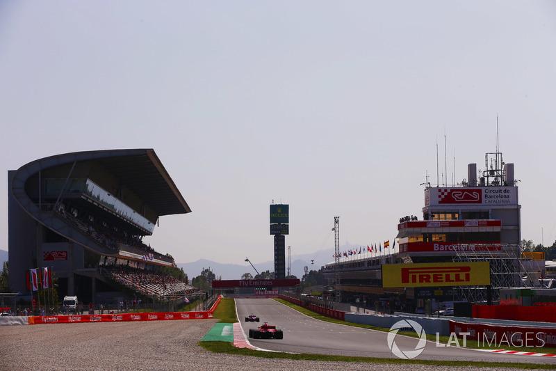 Un Ferrari sigue a Force India en el pit