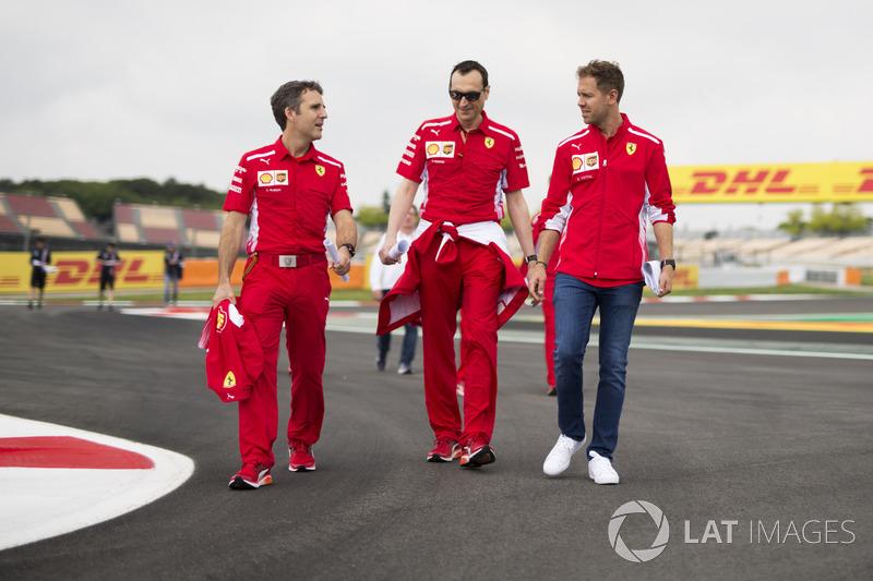 Sebastian Vettel, Ferrari con Riccardo Adami, Ferrari ingeniero de carrera caminan por la pista