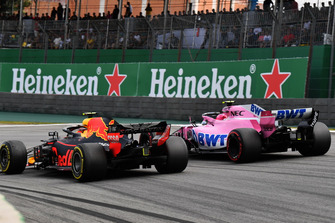 Esteban Ocon, Racing Point Force India VJM11 and Max Verstappen, Red Bull Racing RB14 battle