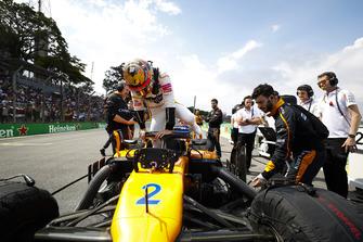 Stoffel Vandoorne, McLaren, climbs into his car