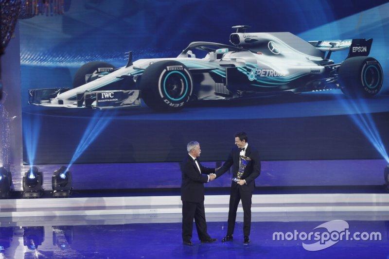 Chase Carey, PDG de la F1, Toto Wolff, directeur exécutif Mercedes AMG
