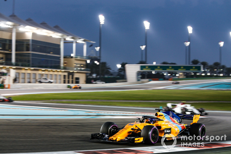 Fernando Alonso, McLaren MCL33 leads Charles Leclerc, Sauber C37