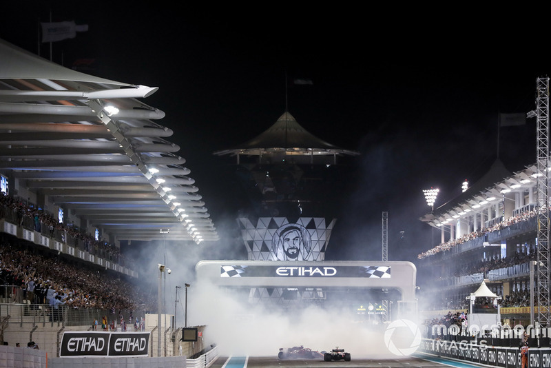 Lewis Hamilton, Mercedes-AMG F1 W09, Sebastian Vettel, Ferrari SF71H y Fernando Alonso, McLaren MCL33 hacen donas al final