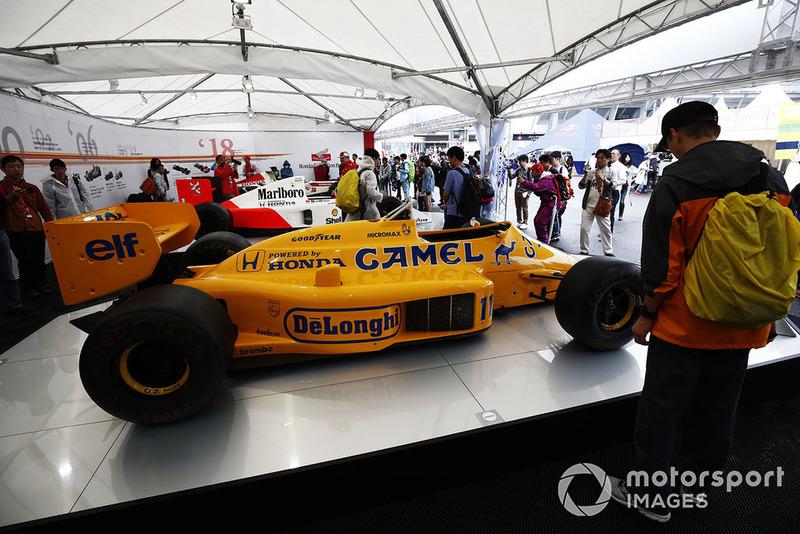 Des fans admirent une exposition de Lotus, McLaren et BAR motorisées par Honda