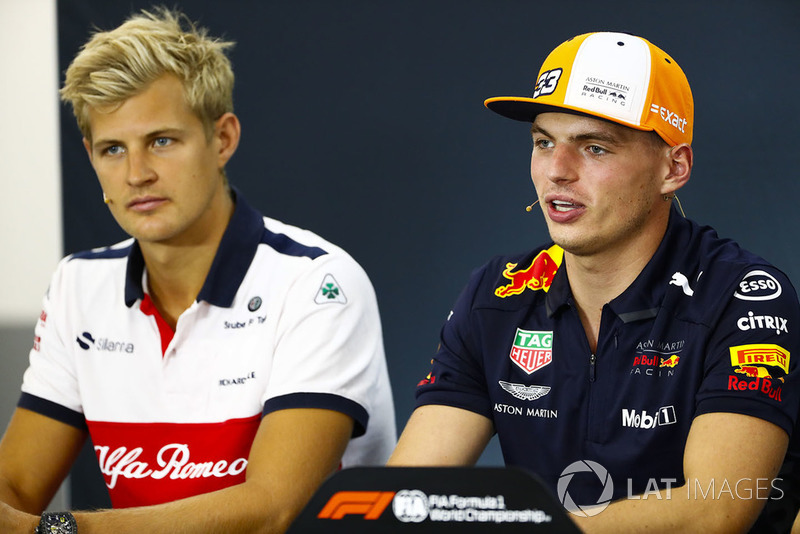 Marcus Ericsson, Sauber, y Max Verstappen, Red Bull Racing