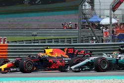 Max Verstappen, Red Bull Racing RB13 et Lewis Hamilton, Mercedes-Benz F1 W08