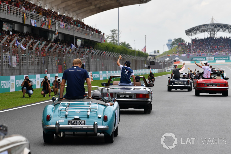 Marcus Ericsson, Sauber and Lance Stroll, Williams on the drivers parade