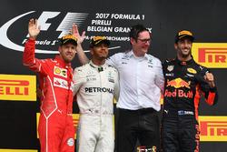 Podium: 1. Lewis Hamilton, Mercedes AMG F1; 2. Sebastian Vettel, Ferrari; 3. Daniel Ricciardo, Red Bull Racing, mit Andy Shovlin, Mercedes-Ingenieur