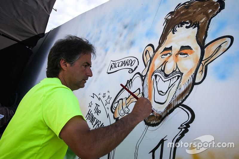 Художник рисует шарж на пилота Red Bull Racing Даниэля Риккардо