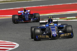 Pascal Wehrlein, Sauber C36-Ferrari, Carlos Sainz Jr., Scuderia Toro Rosso STR12