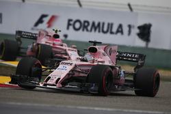 Sergio Perez, Force India VJM10; Esteban Ocon, Force India VJM10