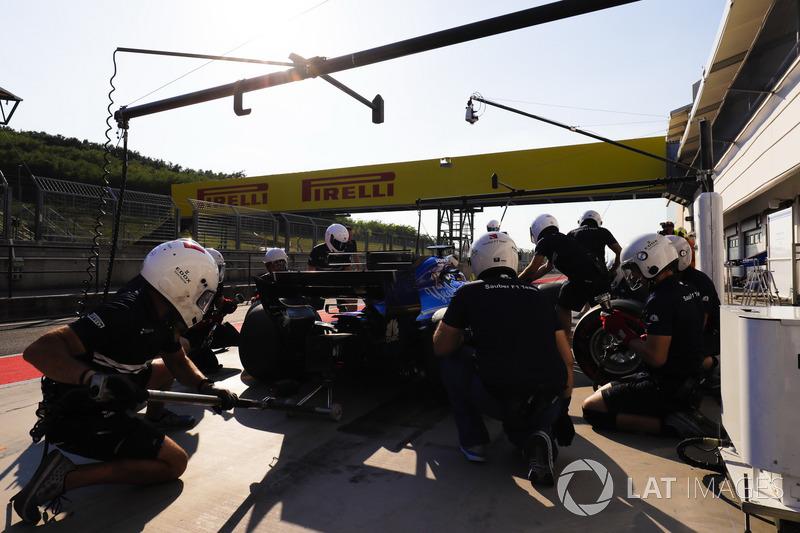 Gustav Malja, Sauber C36 pit stop