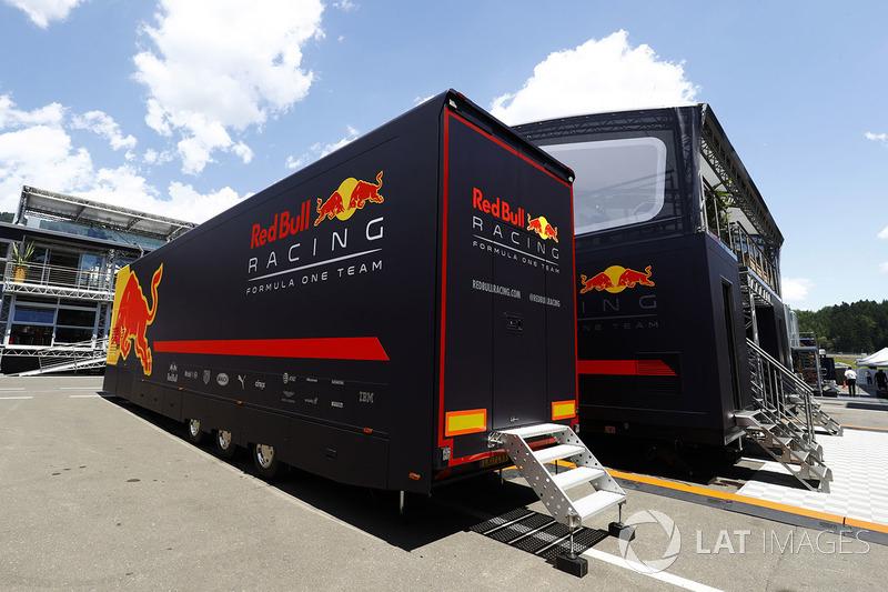 Un transporte de Red Bull junto a la zona de hospitality del equipo