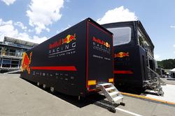 Un transporteur Red Bull près de l'hospitalité de l'équipe