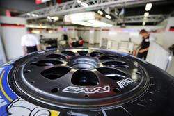 Une roue dans le garage Toyota