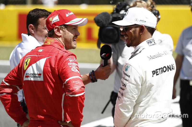 Ganador de la pole Lewis Hamilton, Mercedes AMG F1, y segundo puesto Sebastian Vettel, Ferrari