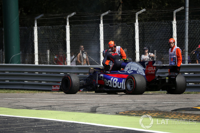 Carlos Sainz Jr., Scuderia Toro Rosso STR12 detenido en la pista