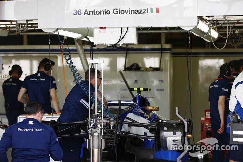 Mecánicos de Sauber preparan el Sauber C36 de Pascal Wehrlein para Antonio Giovinazzi