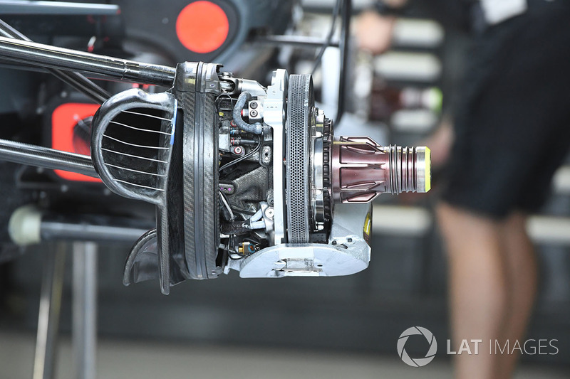 Freno delantero y detalle del eje del Haas VF-17