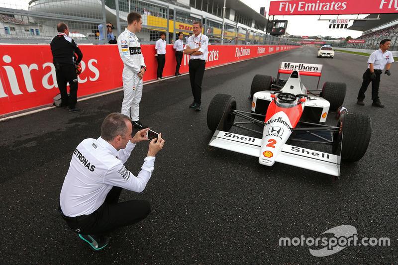 Paddy Lowe, Mercedes AMG F1 vor dem McLaren MP4/5 von Alain Prost