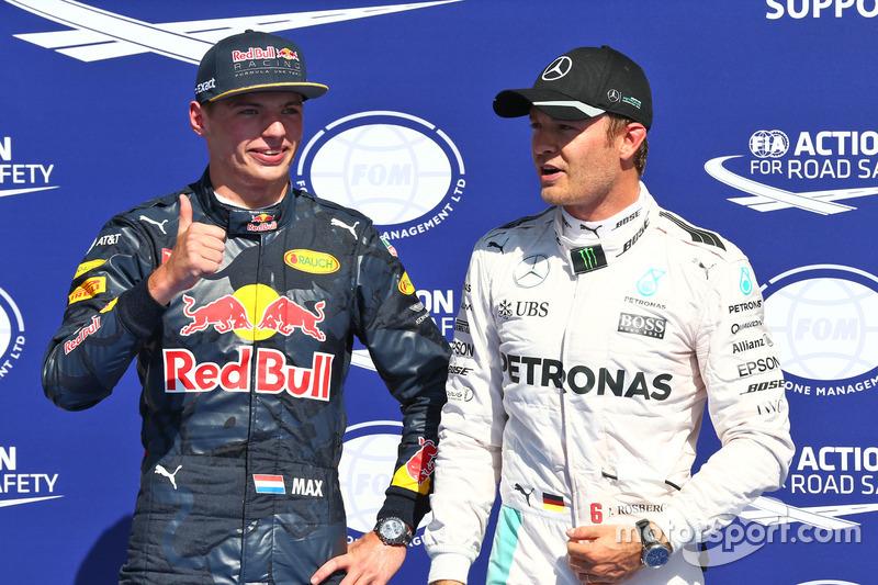 (da sx a dx): Max Verstappen, Red Bull Racing festeggia il suo secondo posto nel parco chiuso delle qualifiche con il poleman Nico Rosberg, Mercedes AMG F1