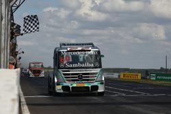 Wellington Cirino recebe a bandeira quadriculada em sua quinta vitória em Campo Grande
