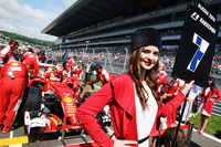 La grid girl di Kimi Raikkonen, Ferrari SF16-H