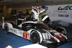 Ganadores de la carrera #1 Porsche Team Porsche 919 Hybrid: Timo Bernhard, Mark Webber, Brendon Hart