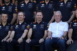 Paul Monaghan, chef ingénieur Red Bull Racing, Christian Horner, team principal Red Bull Racing et le Dr Helmut Marko, consultant Red Bull Motorsport à la photo d'équipe