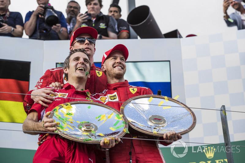 Inaki Rueda, Ferrari Race Strategist, Sebastian Vettel, Ferrari, dan Kimi Raikkonen, Ferrari di podium