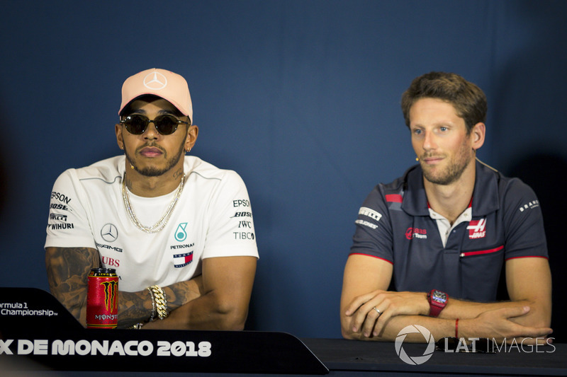 Lewis Hamilton, Mercedes-AMG F1 et Romain Grosjean, Haas F1 lors de la conférence de presse