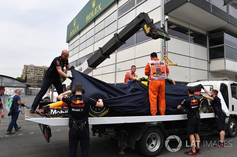Mobil Max Verstappen, Red Bull Racing RB14 diangkut ke pit setelah kecelakaan