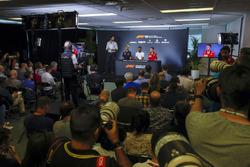 Una amplia vista de la Conferencia de prensa de pilotos con Daniel Ricciardo, Red Bull Racing, Lewis Hamilton, Mercedes AMG F1 y Sebastian Vettel, Ferrari