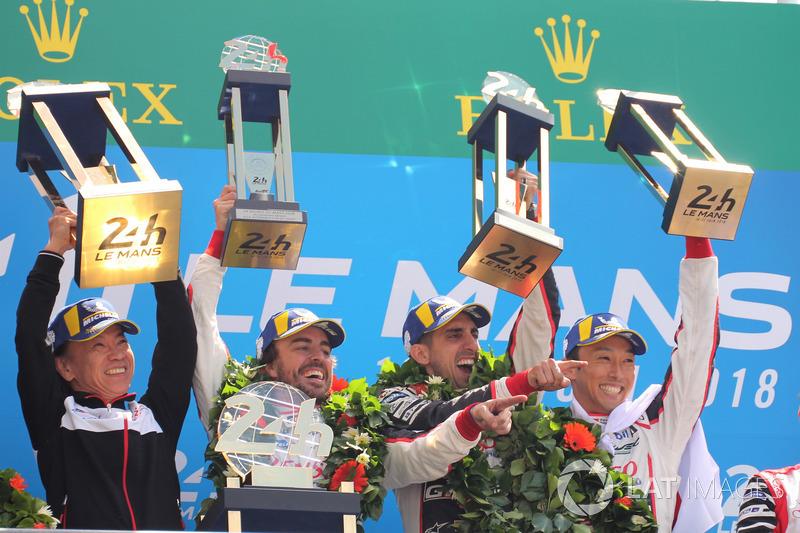 Podyum: Yarış galibi Sébastien Buemi, Kazuki Nakajima, Fernando Alonso, Toyota Gazoo Racing