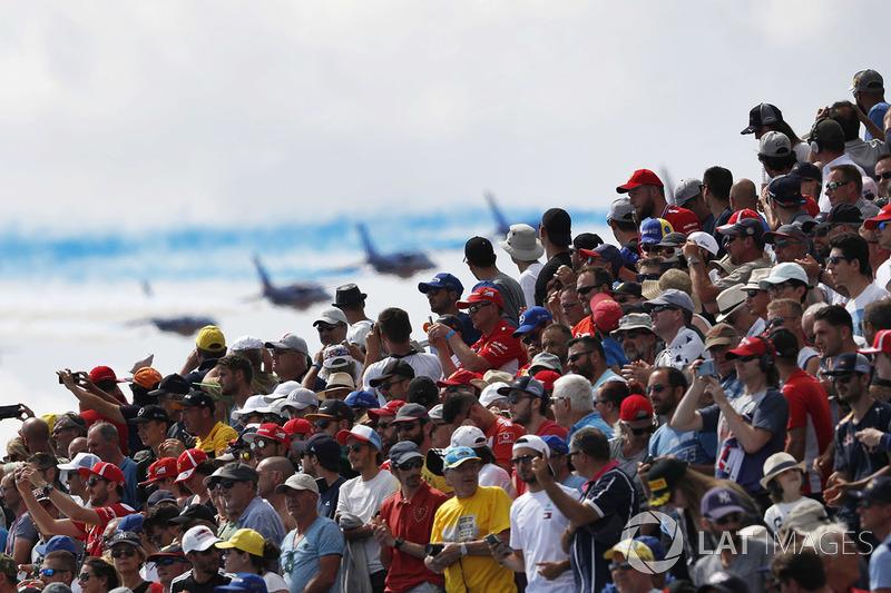 Il pubblico osserva mentre la pattuglia acrobatica dell'areonautica militare francese, La Patrouille de France, transita con i suoi Dassault Alpha Jet Es