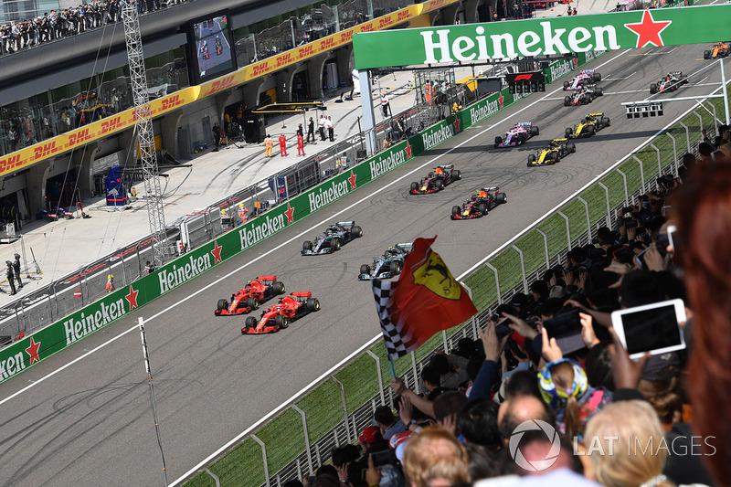 Sebastian Vettel, Ferrari SF71H y Kimi Raikkonen, Ferrari SF71H al inicio