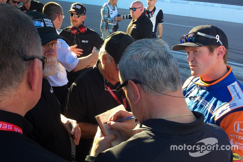 Scott Dixon, Chip Ganassi Racing Honda consulta con personal de IndyCar después de probar el primer aeroscreen