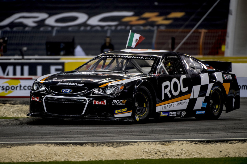 Memo Rojas del equipo de México manejando el NASCAR
