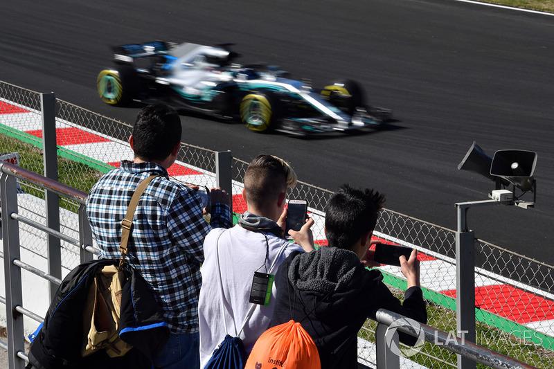 Fans observan a Valtteri Bottas, Mercedes-AMG F1 W09