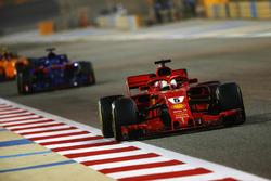 Sebastian Vettel, Ferrari SF71H, devant Brendon Hartley, Toro Rosso STR13 Honda