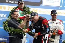 Podio: il vincitore della gara Rob Huff, All-Inkl Motorsport, Citroën C-Elysée WTCC, Norbert Michelisz, Honda Racing Team JAS, Honda Civic WTCC, Tom Chilton, Sébastien Loeb Racing, Citroën C-Elysée WTCC