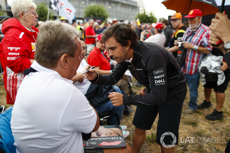 Fernando Alonso, McLaren, con los fans