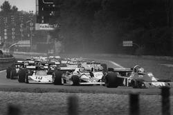 Ronnie Peterson, March 761 Ford, escondido en detrás de Carlos Reutemann, Ferrari 312T2 y Patrick Depailler Tyrrell P34-Ford al inicio de la carrera
