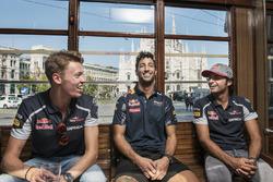 Даниил Квят, Даниэль Риккардо и Карлос Сайнс в историческом трамвае в Милане