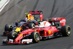 Кімі Райкконен, Ferrari SF16-H and Max Verstappen, Red Bull Racing RB12 battle for position
