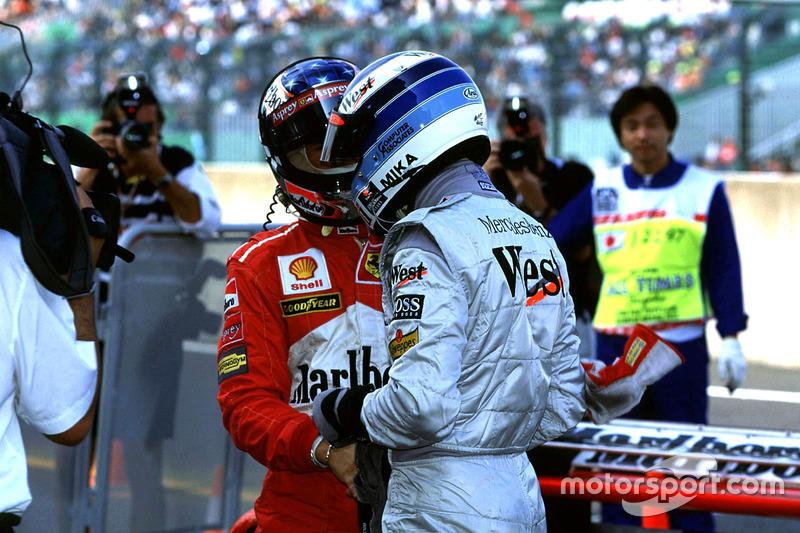 Mika Hakkinen, McLaren y Michael Schumacher sacude las manos después de la cali